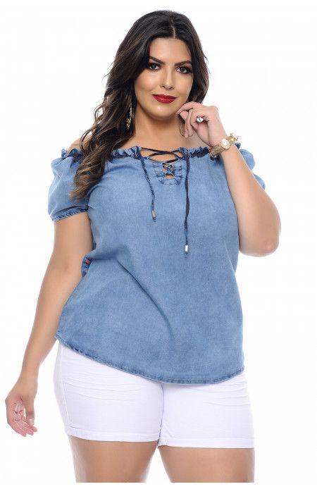 7fbc675d6 Bata plus size jeans lavagem azul estonado. Decote ombro a ombro e recorte  em V