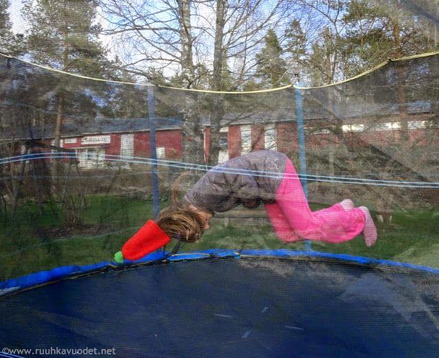 My girl learned to do tricks on the trampoline! Tyttö oppi tekemään voltin trampoliinilla!