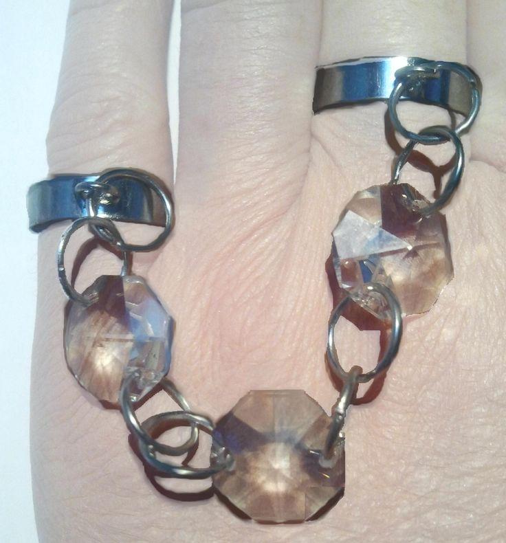 Anello regolabile per due dita (può essere portato indifferentemente sul mignolo e medio, oppure sull'anulare e indice,  o addirittura pollice e indice), composto da strass d'epoca  e anelli in metallo cromato.