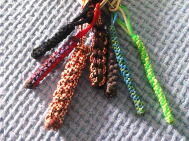 Il passatempo preferito dai ragazzi: lo Scooby Doo, ovvero intrecciar fili per ricavare braccialetti, collane, portachiavi e altri oggetti