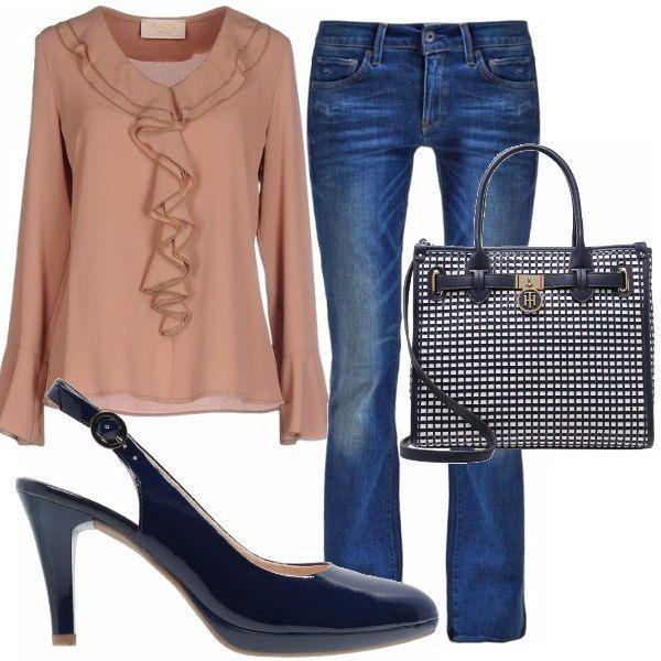 Per il tempo libero vuoi un look così? Te lo descrivo subito allora: camicetta con ruche in rosa antico abbinata a jeans, décolleté in vernice e borsa a mano nei toni del blu.