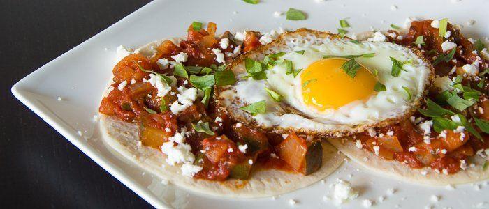 In Mexico houden ze wel van een ei bij het ontbijt en dat combineren ze graag ook met een salsa van tomaten en chilipepers. Maak het nu zelf met dit recept.