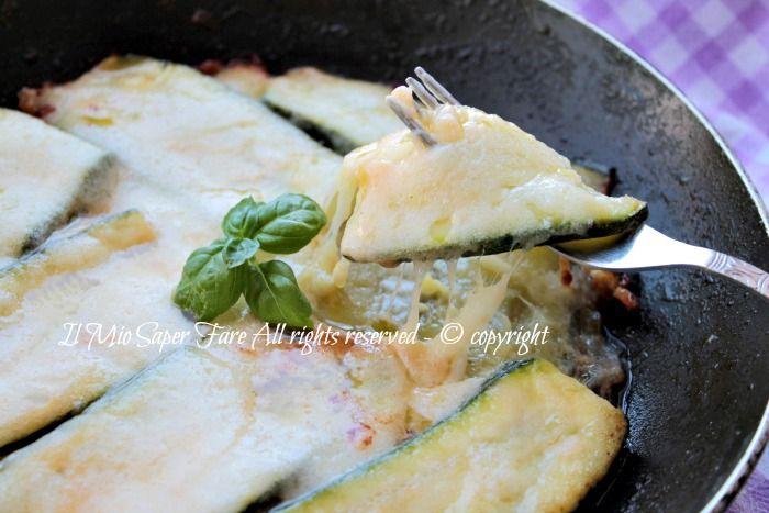 Parmigiana bianca zucchine in padella senza besciamella risulta leggera e gustosa. Le zucchine sono aggiunte crude, condite con scamorza e cotte in padella