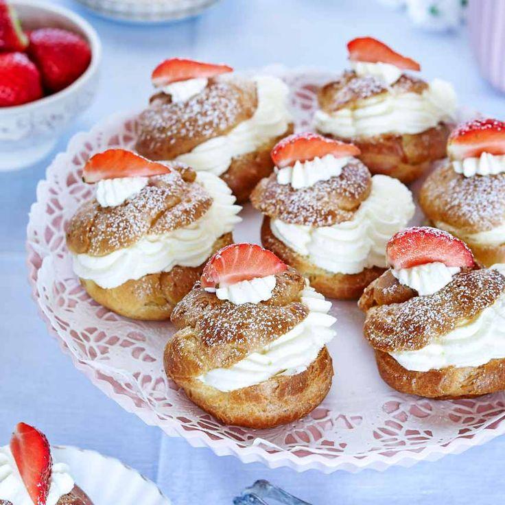 Puffiga små bakverk fyllda med grädde och färska jordgubbar.