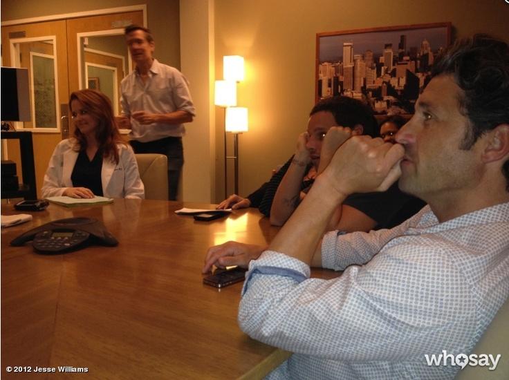 Na sala de reuniões! Acho que escondida atrás do Justin, aquela mão de  blusa listrada é da Sara! E algo que e chamou a atenção: será que o Karev usa aquele relógio gigante no pulso pra esconder essa tattoo?