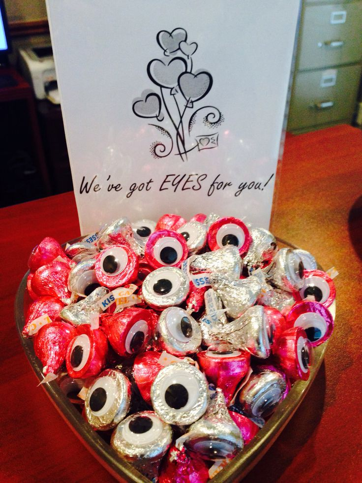 Hershey's kisses with googlie eyes...wouldn't this be perfect for a Eye Doctor's office at Valentine's.