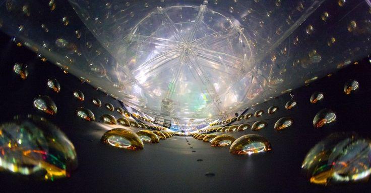 A cada segundo, trilhões de partículas fantasmas passam por cada uma das pessoas da Terra sem serem sentidas. No laboratório de Daya Bay, enterrado nas colinas da China, seis detectores cilíndricos, cada um com cerca de 20 toneladas de fluído que detecta partículas, estão agrupados para tentar registrar os neutrinos. O laboratório foi construído para investigar as rotas dos neutrinhos e saber quantas partículas escapam dos radares por mudarem de sentido