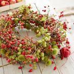 Herbstkranz mit Hagebutte, Hopfen und Kastanienzweigen