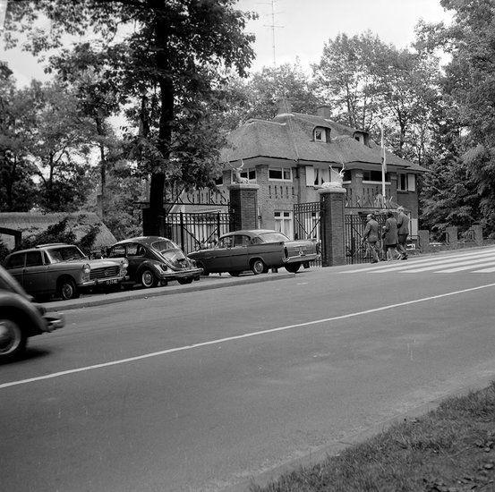 Een foto uit 1968 van de oude ingang van -zoals het toen nog heette- Burgers Dierenpark aan de Schelmseweg. Nu is dat Burger's Zoo met een heel wat grotere ingang dan destijds.