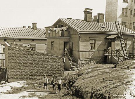 Signe Brander: Kuvattu Pengerkadun (nykyinen Kinaporinkatu) tontilta koilliseen. 1911.