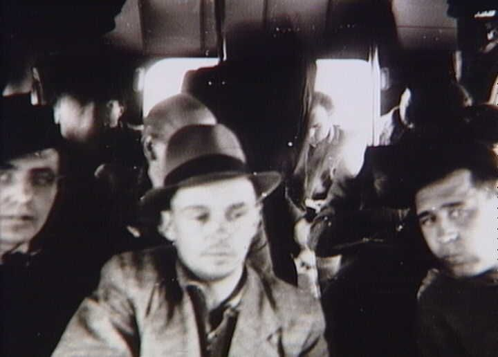 Danske politibetjente fra koncentrationslejre i Tyskland på vej til Danmark med Bernadotte-aktionens hvide busser i foråret 1945  Tidsperiode og årstal Datering:Mellem Marts 1945 og April 1945 - See more at: http://samlinger.natmus.dk/FHM/20590#sthash.q0RVOPUU.dpuf