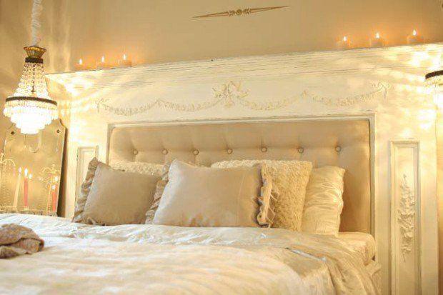 Beyaz dokular yatak başlığında sanatsal bir dokuyu işlerken, kullanılan yatak örtüleri bej renklerinin güzelliğini yansıtıyor. Beyaz işlemeli yatak başlığı klasik bir dekorasyonun izl