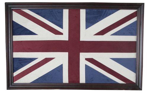 Union Jack bilde er et tøft og flott blikkfang på veggen. Bildet motivet er laget i velour stoff og bildet har en mørkbrun treramme som er 8 cm bredt.   Mål:  Høyde 105 cm Bredde 166 cm Dybde 5 cm