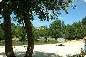 Pitou-Charentes.  Het is goed wandelen, fietsen en zwemmen in deze omgeving. Er zijn wijngaarden, bossen, akkers, weiden en riviertjes. We kunnen je tips geven over de streek en hebben kaarten om heerlijke wandel- en/of fietstochten te maken. Er zijn zelfs fietsen te leen. In de rivier de Dronne is een strand waar je kunt zonnen en zwemmen.