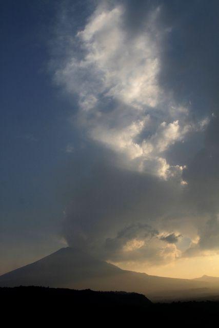 Popocatepetl, kül püskürtmesi nedeniyle bölgede alarm durumuna geçildi.