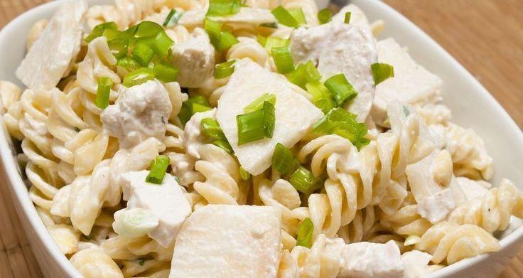 Ζεστή σαλάτα με ζυμαρικά, κοτόπουλο και ωραία λευκή σάλτσα