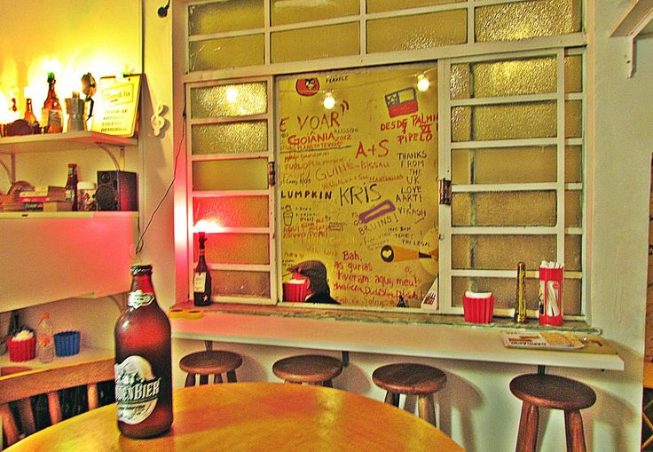 O bar de clima bacana e decoração alegre tem uma admirável geladeira de cervejas artesanais brasileiras. São mais de 40 rótulos. Mesmo os mais rodados pelo mundo da cerveja podem se surpreender com as marcas em oferta por ali. Para acompanhar, o cardápio de petisco – que varia conforme a vontade da cozinheira – reserva sempre boas pedidas. Seg. a Sáb. das 18h às 22h30 / Rua Francisco Leitão, 686 – Pinheiros / (11) 3034-4104