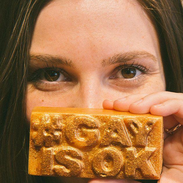 A campanha #GayisOK da Lush reverteu o lucro da venda desse sabonete pra locais onde ser LGBT ainda é crime