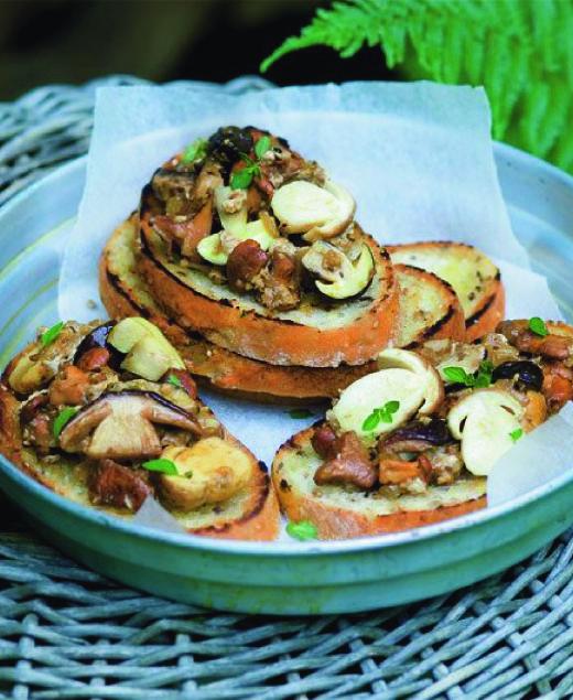 Klasická smaženice  Ingredience: •2 lžíce sádla •1 cibule, nadrobno pokrájená •500 g hub •2 lžičky drceného kmínu •sůl a pepř  V hlubší pánvi nebo kastrolu rozehřejte sádlo a osmahněte na něm doměkka cibuli. Přihoďte houby, kmín, osolte a opepřete. Duste pod pokličkou asi deset minut.   Pokud se houby přichytávají ke dnu, podlijte je trochou vodou. Vejce prošlehejte se solí a pepřem a vlijte je k houbám.   Míchejte asi půl minuty, pak stáhněte z ohně a podávejte s topinkami.