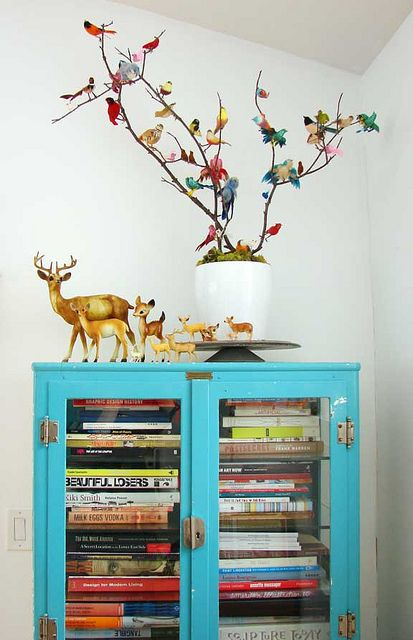 lovely not over the top holiday display. and fantastic blue book shelf!