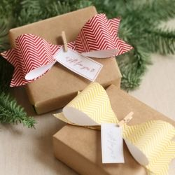 Dress up a gift with a DIY paper bow with stylish chevron patterns. Learn how to make this bow and download the matching free printables.: Gifts Ideas, Giftwrap, Paper Bows, Gifts Bows, Gifts Wraps, Christmas Wraps, Minis Clothespins, Wraps Gifts, Wraps Ideas