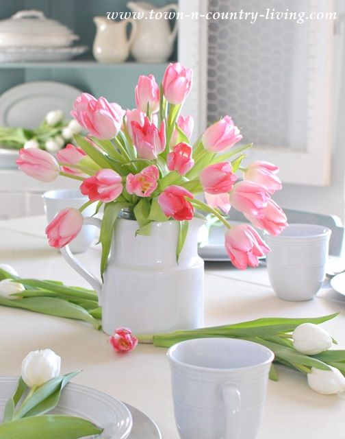 spring table setting, tulip centerpiece, flower arrangement, floral arrangement, spring decor, spring decorating ideas, spring tablescape