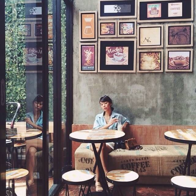 Interior Industrial yang kental cukup terasa di cafe ini, dengan penggunaan barang daur ulang seperti sak biji kopi sebagai kain sofa. Photo credit: IG @dreachong