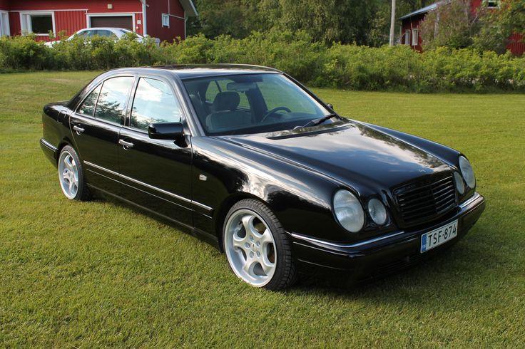 Ville on maalannut autotallissa Mercedes Benz w210 -mallin. Pohjalla on kuulemma Trotonin epoksi ja pinnassa Mipan musta OC akryyli. Villen ensimmäinen maalaustyö!