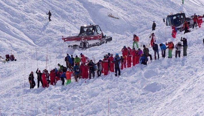 Avalancha en una pista de esquí sepultó a una decena de personas: Amplio operativo de rescate para desenterrar a los esquiadores que…