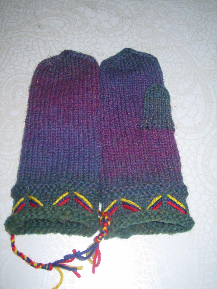 Lovikka-lapaset kaksisäikeistä hahtuva lankaa. puikko koko 4 mm. poiketen valkoisesta väristä neuloin vihreä violetit.