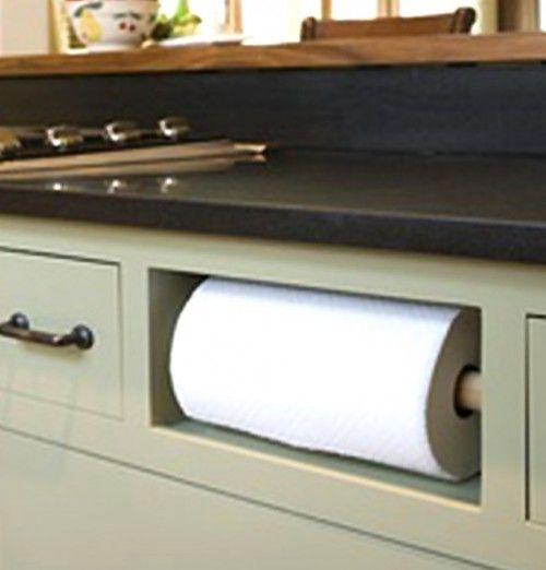 Handig! Keukenrol onder de gootsteen op de plaats van het  loze kast plankje(zeg maar...)