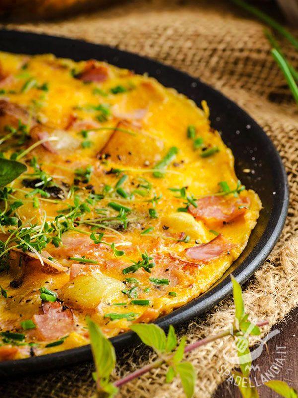La Frittata di patate e prosciutto affumicato: un piatto semplice e profumato con erbette aromatiche. Provatela: è gustosissima! #frittatadipatate #frittataprosciutto