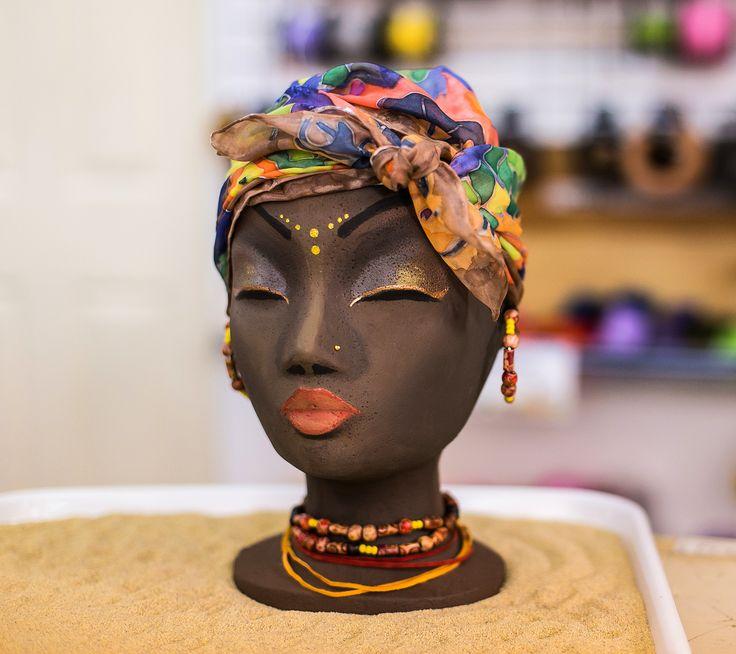 Faceti cunostinta cu Nina, manechinul nostru preferat :) O negresa cu stil, nasul plat si buzele pline. Si detaliul cel mai important: ea poarta esarfa de matase cu motive africane realizata saptamana trecuta!