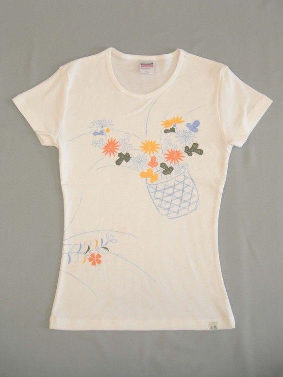 手描友禅の技術を使って描いています。女性のボディーラインに合うようにフライス編みの素材(伸縮性のある素材)を使っていますので、シルエットを美しく見せます。柄に...|ハンドメイド、手作り、手仕事品の通販・販売・購入ならCreema。