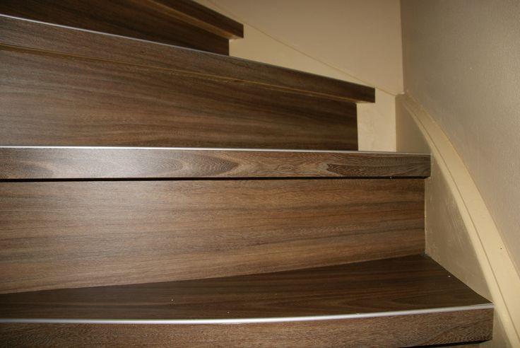 Een trap bekleed met PVC stroken. Afgewerkt met een kleine strip op de voorkant van de treden.