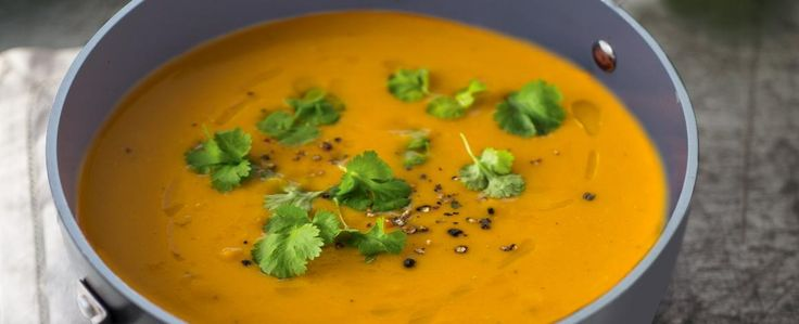 Máte rádi asijské speciality? Připravte si domácí thajskou polévku z červené čočky a sladkých brambor neboli batátů. 1) Kari nasucho opečte v hrnci...