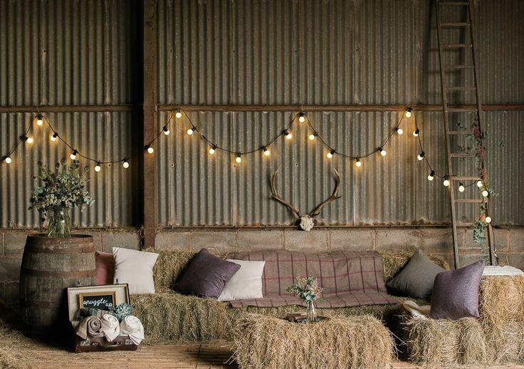 Współczesne wesela w stylu wiejskim - nawet te w stodole! - moga być nie tylko niezwykle modne, ale też i bardzo stylowe. Fot. za: rockmywedding.co.uk
