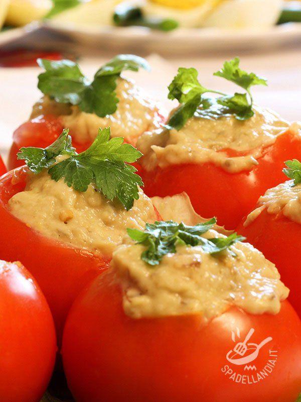 Tomatoes with tuna and mayonnaise - I Pomodori freschi con tonno e maionese sono il classico dei classici fra le pietanze leggere e anche belle da vedere, che appagano senza appesantire! #pomodoritonnoemaionese