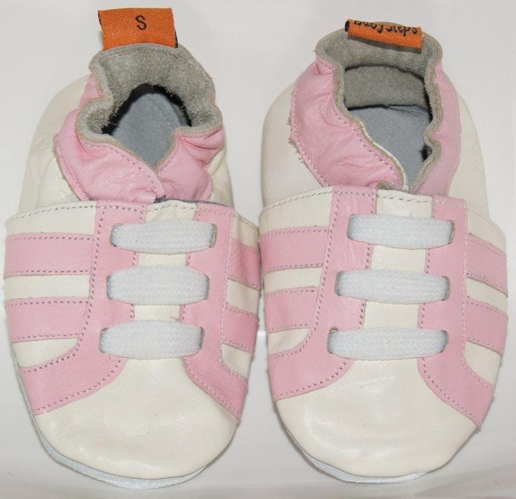 Sportieve leren babyslofjes met roze strepen.