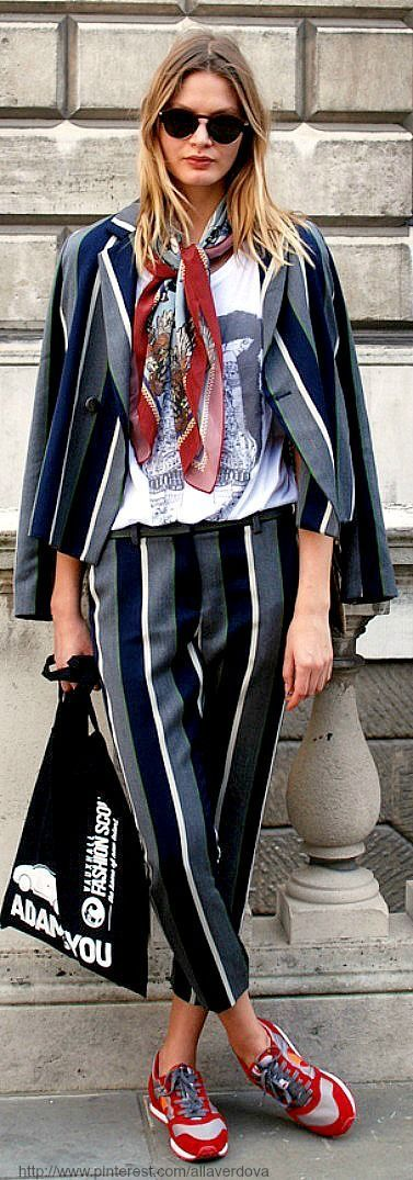 Street style look. Striped trouser and blazer, with a printed tee and sporty sneakers. Fashion trends. Comfortable looks.
