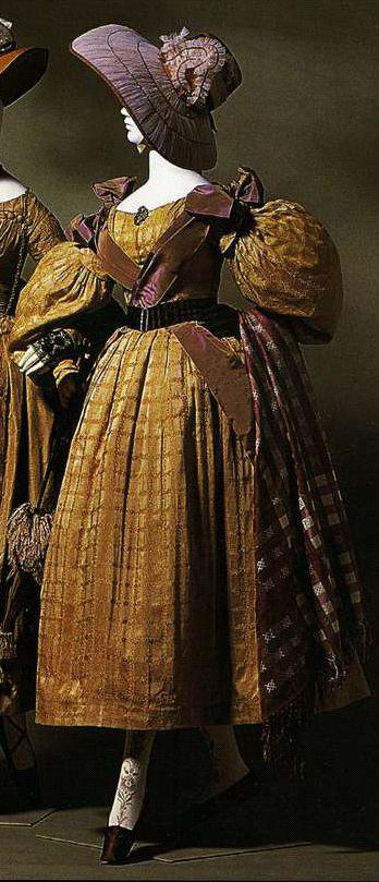 Дневное платье. Около 1835. Золотисто-коричневый шелк с тканым узором в клетку, рукава gigot.