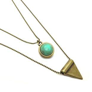 Set van 2 kettingen, mat goud. Met een driehoekje, turkooise steen € 24,95