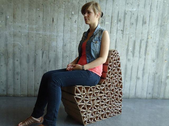 Aby kartonowy fotel był w stanie wytrzymać ciężar ciała ludzkiego musi mieć specjalną konstrukcję. W tym celu konstruktor tego mebla wykorzystał odpowiednio złożony w trójkąty karton. Kształt mebla jest wynikiem eksperymentów, aby siadanie na nim było jak najwygodniejsze. http://mieszkaniezpomyslem.pl/start/eko-meble/1219-krzeslo-z-kartonu