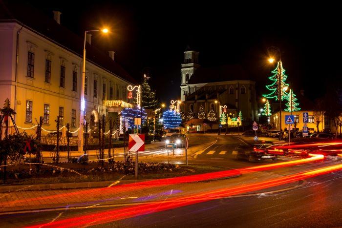 Skobrák András Kigyúltak az ünnepi fények a városban Több kép Andrástól: https://www.flickr.com/photos/106287128@N03/