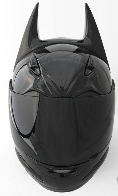 Dark as night : le casque de moto façon Batman