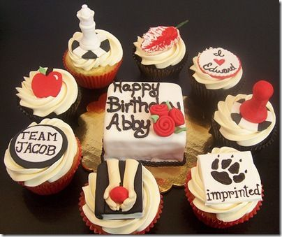 If i received these cupcakes/cake ...... i would be the happiest gal in the wotld :)
