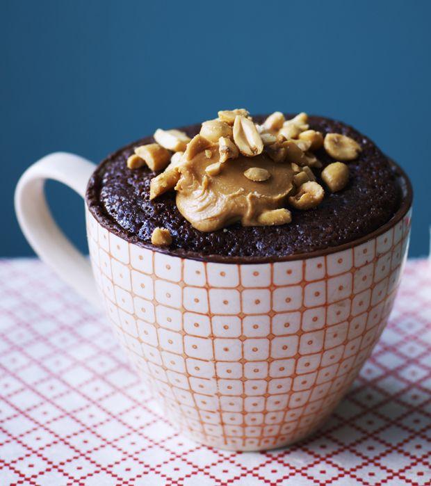 På bare 10 minutter kan du fremtrylle den lækreste brownie. Har du en kop, vil din mikroovn gøre det meste af arbejdet for dig!