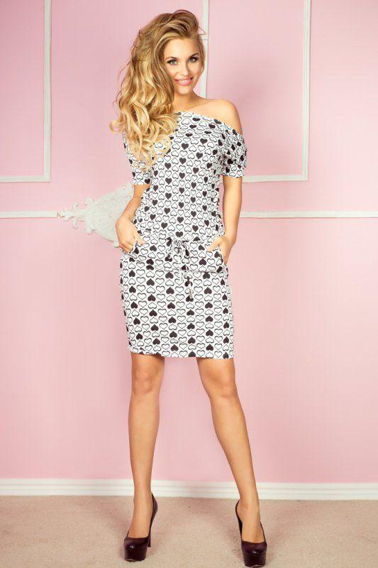 Sportowa sukienka z krótkimI rękawami, uszyta z wysokiej jakości, elastycznej polskiej wiskozy z nadrukiem w serduszka. #kobieta #sukienka #sportowa #lato