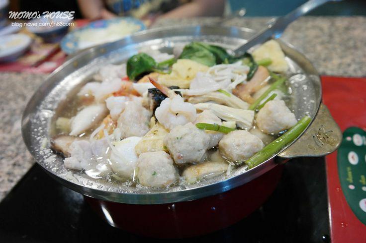 수끼  태국의 샤브샤브라고 보면 되는데 어묵, 해산물, 고기 등등을 샤브샤브 해먹고 마지막엔 계란과 파를 넣어 죽을 해먹으면 진짜 맛있습니다.