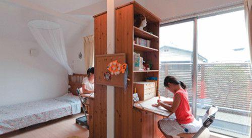 間に棚をおいて机の前だけプライベートな空間